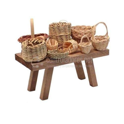 Mesa con cestos de mimbre