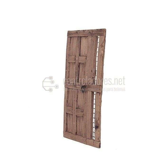 Puerta rústica con rejilla