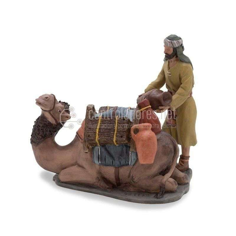 Grupo camellero y camello tumbado cargado