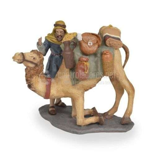 Grupo camellero y camello sentándose cargado