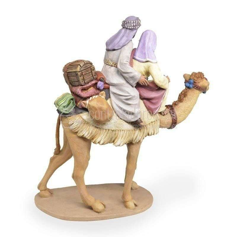Pastor y pastora a camello con carga