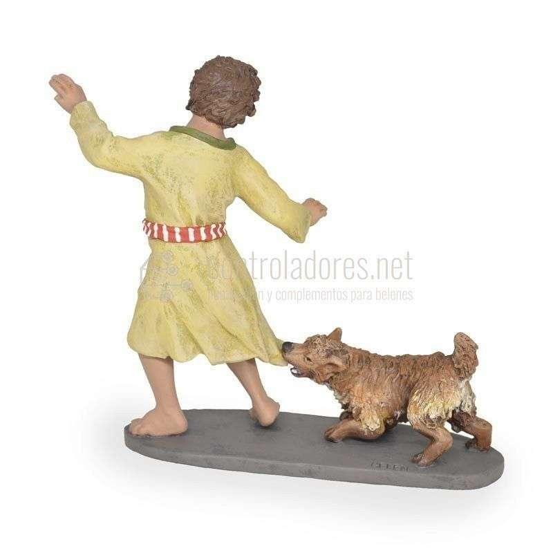 Niño con perro mordiendo ropa