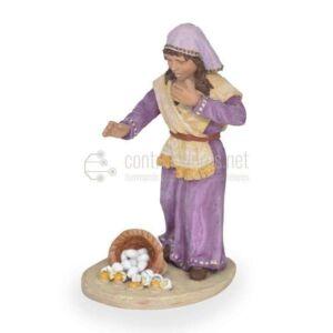 Bambina con cesto di uova rotte