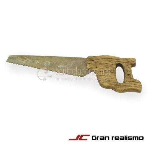 Serrucho de metal y madera grande